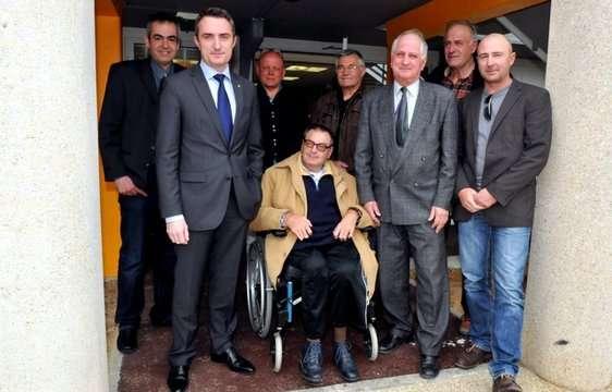 Pierre Chenel (cravate et costume gris), entouré d'une partie de ses colistiers, et de Stéphane Ravier, secrétaire départemental du FN (costume gris et cravate bleue), placé juste devant Frédéric Laupies, secrétaire de la circonscription.