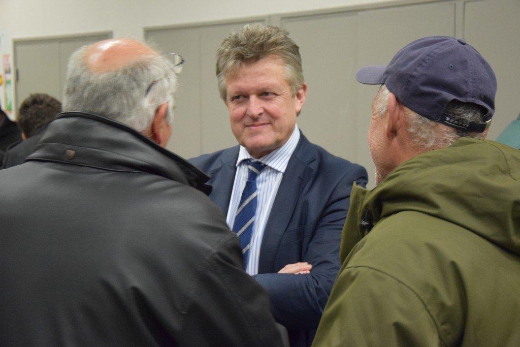 Philippe Loiseau (député français au Parlement européen - FN) Châteaurenard MIN 04/03/2015