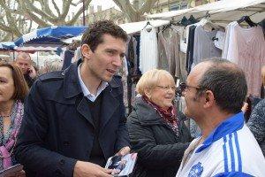 Julien Sanchez Maire de Beaucaire sur le marché de Tarascon 3