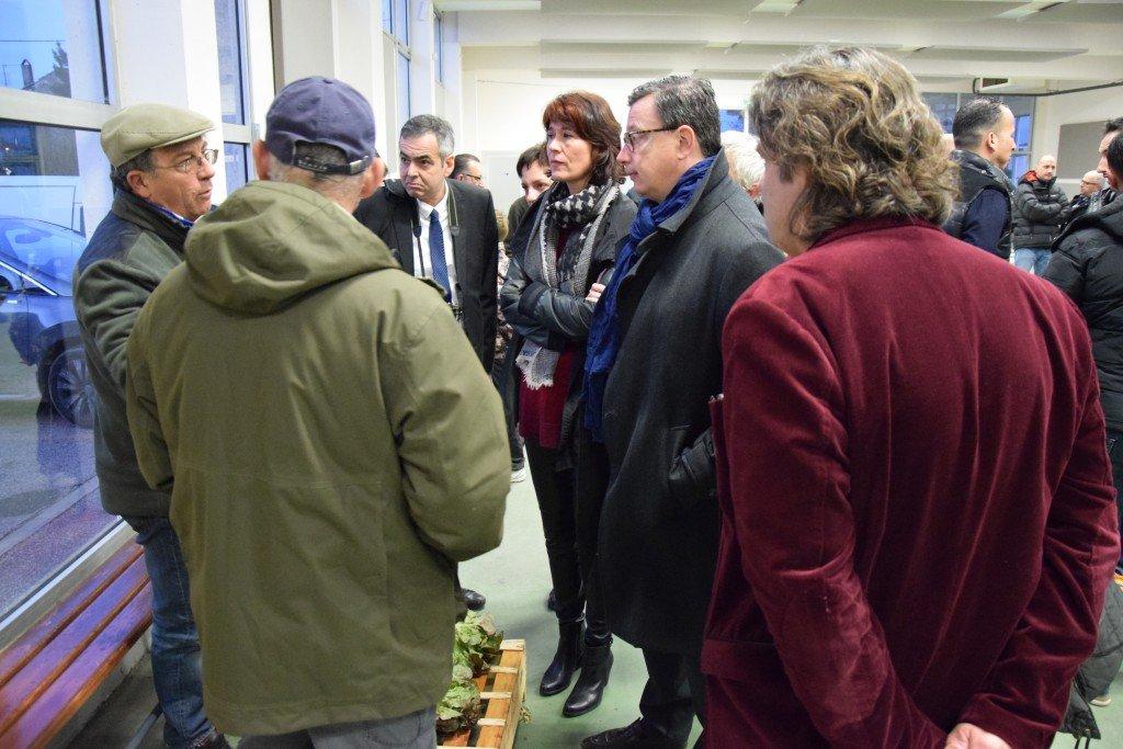 Edouard Ferrand au marché des MIN à Châteaurenard en compagnie de Valérie et Frédéric Laupies.