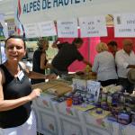 """Devant le stand des Alpes de Haute-Provence, Agapia ENDERLIN     Liste """"Front National"""" Conseillère Régionale,Membre de la Commission """"Lycée, Apprentissage, Formation Professionnelle, Jeunesse"""",Membre de la Commission """"Vie Associative"""""""